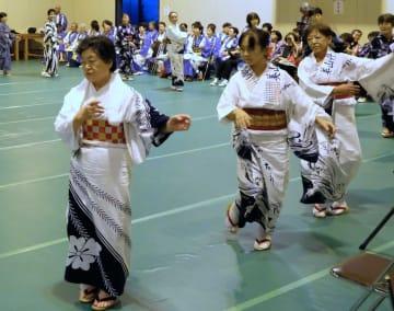 伝統の丹波音頭を楽しむ参加者たち(京都府南丹市日吉町)