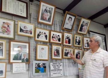 人生の節目を収めた写真が掲げられていた高橋写真館の店内(2014年7月)
