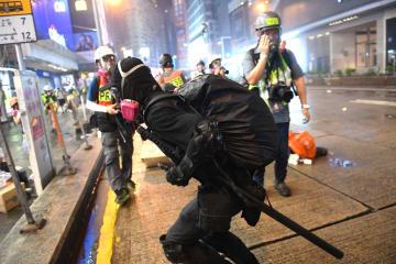 警察を襲撃する暴徒 香港