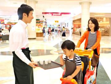 「うれしの茶」の冷茶の試飲を楽しむ買い物客=佐賀市のゆめタウン佐賀