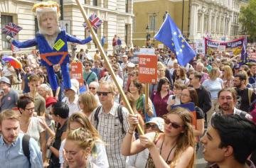 ロンドンの首相官邸付近で、ジョンソン政権の議会閉会方針に抗議するデモの参加者=8月31日(共同)