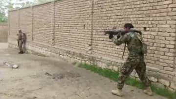 反政府武装勢力タリバンとの戦闘中に発砲するアフガニスタンの治安部隊隊員=8月31日、アフガン北部クンドゥズ(ロイター=共同)