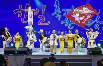 文化交流イベント「日韓交流おまつり2019 in Seoul」の会場で公演する日韓の出演者ら=1日、ソウル(共同)