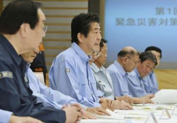 総合防災訓練の緊急災害対策本部会議であいさつする安倍首相(中央)=1日午前、首相官邸