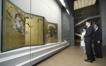 京都国立博物館を訪れ、「風神雷神図屏風」を鑑賞される秋篠宮ご夫妻=1日午後、京都市