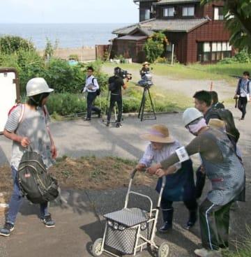 津波を想定した避難訓練で、指定避難所に向かう今川集落の住民=1日、村上市今川