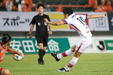 後半9分、ファジアーノ岡山の仲間隼斗がこの日2点目のゴールを決め、2―0とする=維新みらいふスタジアム