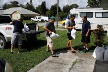 米南部フロリダ州で、ハリケーン「ドリアン」の接近に備え砂袋を準備する人たち=8月31日(ロイター=共同)
