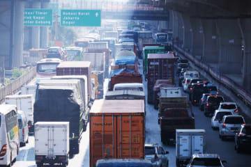 インドネシアでは過積載で走るトラックが多いと言われている(NNA撮影)
