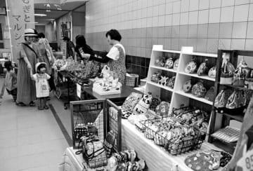 手工芸品などが並んだむぎとしょマルシェ=牟岐町川長の町海の総合文化センター