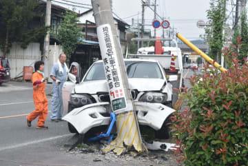 電柱に衝突して大破した車=1日午前10時35分、秩父市日野田町2丁目の国道140号
