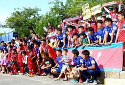 リーグ戦の試合後、サポーターと交流するバンディオンセ加古川の選手ら=今年6月9日、加古川市加古川町大野