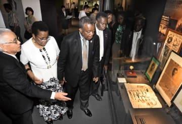 野口英世記念館で研究資料を視察するムエンベ博士(左から3人目)とオマスワ博士(右隣)。左は案内する竹田理事長=猪苗代町