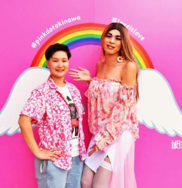 いるまんちゃーで活動する新垣愛花さん(左)と鈴木文人代表=1日、那覇市・琉球新報社