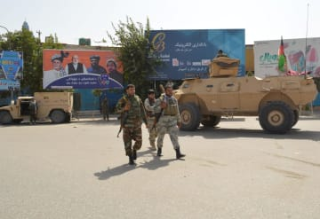 アフガニスタン北部クンドゥズで見回りを行うアフガン治安部隊=8月31日(ロイター=共同)