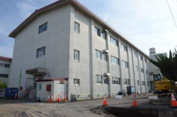むつ市役所大畑庁舎移転に向け改修工事が進められている大畑小北棟=8月
