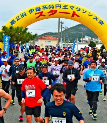 昨年の伊是名尚円王マラソン。スタートの合図と同時に走り出すハーフの部のランナー