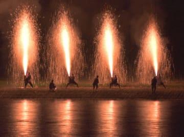 手筒花火から吹き上げる10メートルほどの火柱が鮮やかに夜を彩る=佐賀市大和町の川上峡(提供)