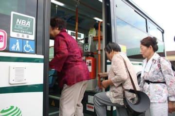 【防災訓練で、バスに乗り込む参加者=木曽岬町役場で】