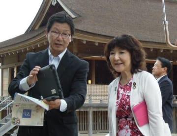 【「さいくう平安の杜」を視察する片山地方創生担当相(右)=明和町斎宮で】