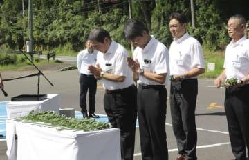 紀伊半島豪雨の慰霊碑前で献花する和歌山県新宮市の関係者=2日午前