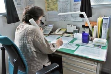 電話で悩み相談を受け付ける「熊本いのちの電話」の相談員=8月30日、熊本市中央区