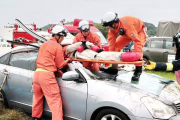 防災訓練で、車に閉じ込められた人を救出する消防職員=佐世保市、陸自相浦駐屯地