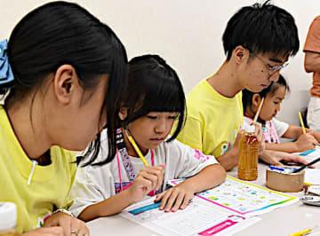 災害への備えについて考える小学生たち=1日、大阪市北区のジュンク堂大阪本店