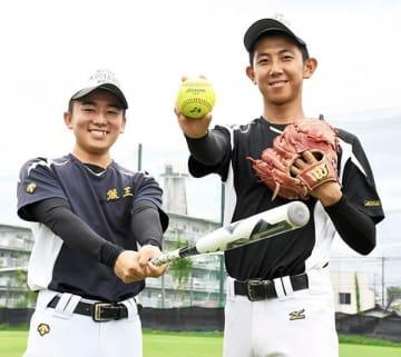 ソフトボール男子17歳以下アジア杯の日本代表に選ばれた熊本工高の白木(左)と池田=熊本市