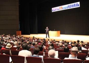 再生可能エネルギーを活用した社会への転換を訴える金子勝・慶大名誉教授=1日、柏崎市