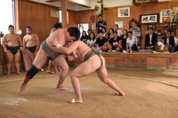 ぶつかり稽古をする力士たちを視察するモンゴルの重量挙げ選手ら=つくばみらい市陽光台の立浪部屋