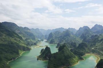 湖と山々が織り成す紺碧の風景 広西・浩坤湖