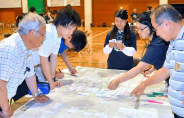 避難所運営ゲームで交流する参加者