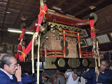 剣吉諏訪神社の関係者によって担がれる御輿=1日午後、南部町の同神社拝殿