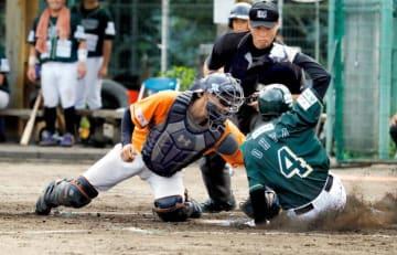 【愛媛MP―香川】6回表愛媛MP2死二塁の守り、中前打を中堅中西がバックホーム、捕手藤沢が二走をタッチアウトにする=城の台公園多目的広場