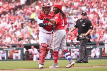 レッズのフレディ・ガルビス(右)の行為で球場騒然の事態に【写真:Getty Images】