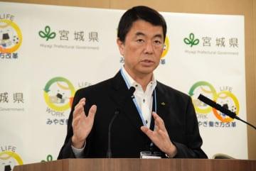 記者の質問に答える村井知事