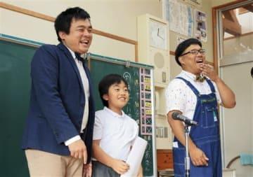 プロのお笑い芸人と漫才を披露する花房小の児童=菊池市