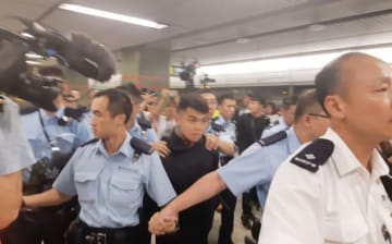 Police detain a protester at Lok Fu MTR station. Photo: Stand News.