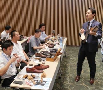 世界チャンピオンの長谷川裕也さんが靴磨きのこつを伝授したワークショップ=1日、新潟市中央区
