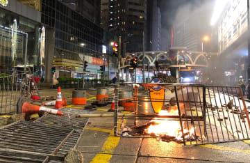 暴力行為の爪痕が色濃く残る香港の街角
