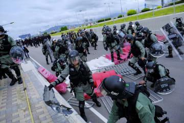 香港警察、空港占拠中のデモ隊の排除をほぼ完了