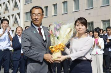 埼玉県庁に初登庁し、職員から花束を受け取る大野元裕知事(左)=2日午前