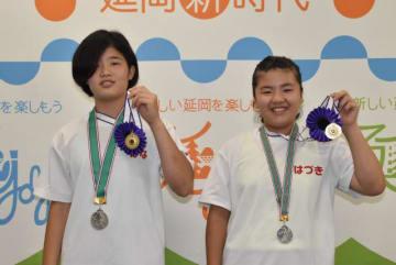 優勝メダルを手に笑顔を見せる岸本はなさん(左)と甲斐葉月さん
