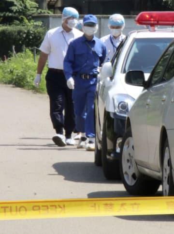 大里功さんの自宅近くで捜査する茨城県警の捜査員=8月24日、茨城県八千代町