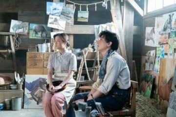 「なつぞら」第133回で馬の絵を描き終えた天陽(吉沢亮さん)と妻の靖枝(大原櫻子さん) (C)NHK