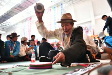 チベットの伝統的サイコロ遊戯 農牧民運動会で熱戦
