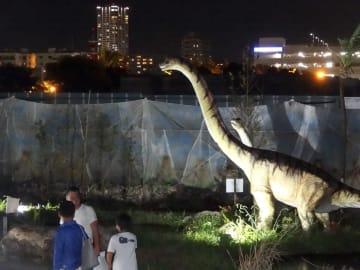 恐竜ロボットがライトアップされる=横須賀市平成町のうみかぜ公園