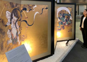 大塚オーミ陶業が陶板で精巧に複製した風神雷神図屏風(京都市左京区・国立京都国際会館)