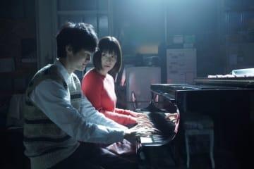 幻想的な月夜の連弾シーン! - (C) 2019 映画「蜜蜂と遠雷」製作委員会